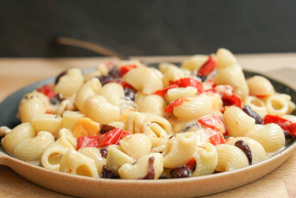 Cajun pasta with red peppers and black beans